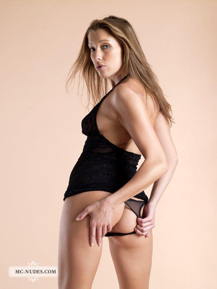 Классная Latika Sapphic фоткается в возбуждающем нижнем белье и трясет своей плотной миниатюрной задницей