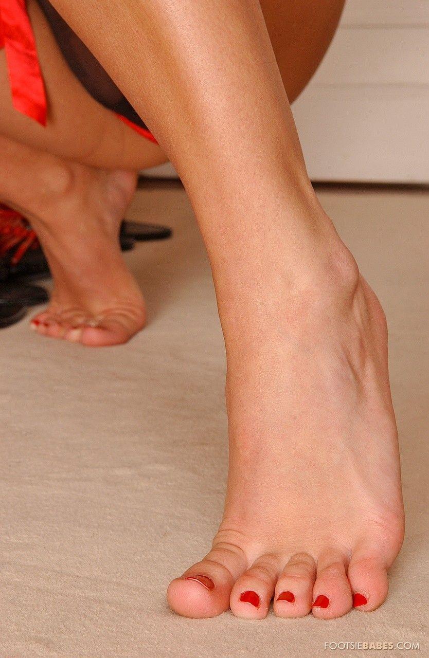 Модель с темными волосами в эротическом белье Mya Diamond занялась фетиш-сексом на полу после того как перебрала свои туфли