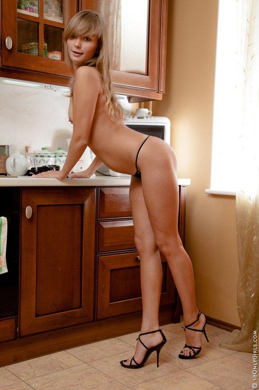 Чувственная Jessica Lux стаскивает нижнее белье и играет со своей писькой в домашних условиях