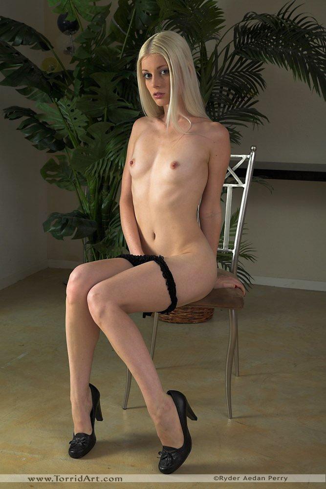 Светлая красотка Charlotte Stokely с крошечной грудью стягивает черное нижнее белье