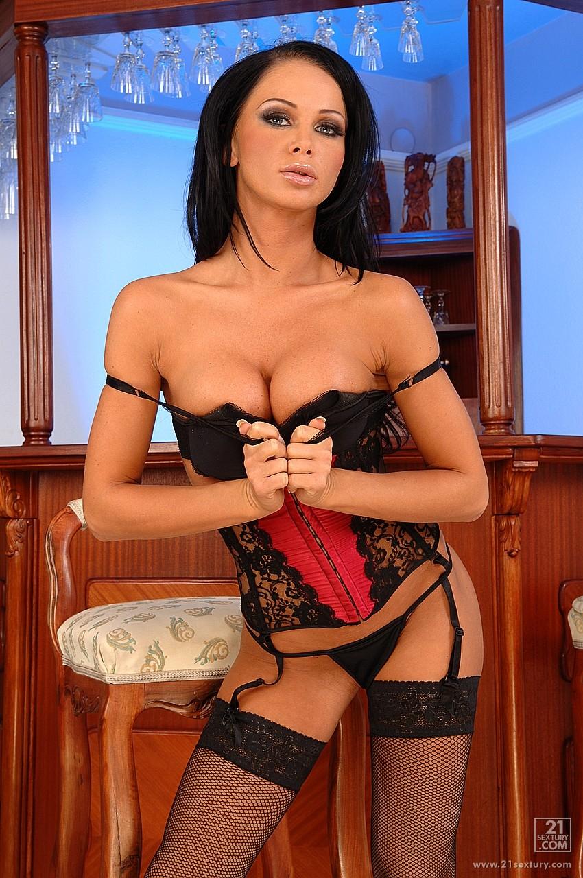 Красоточка в эротическом белье Christina Bella проткнула свою пизду гигантского размера мужиком
