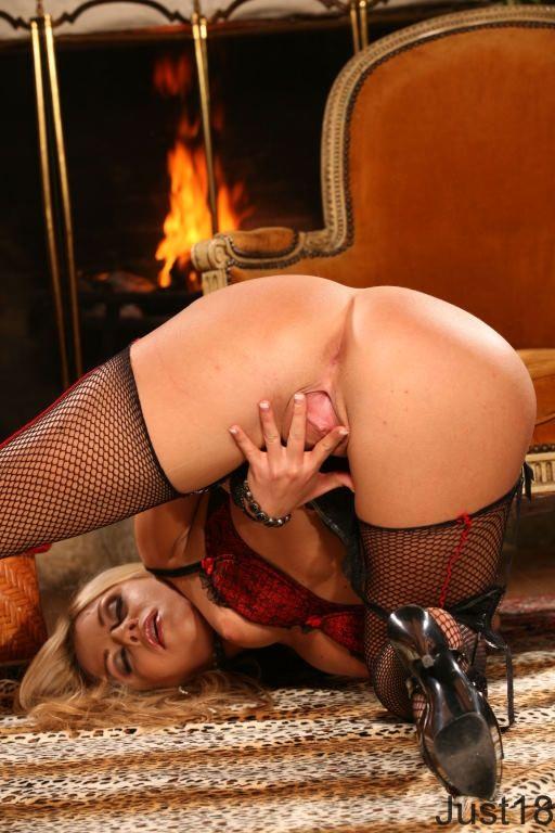 Хорошенькая светловолосая девушка в нижнем белье Marlie Moore снимается и жарит игрушкой свою розовую дырку  у камина