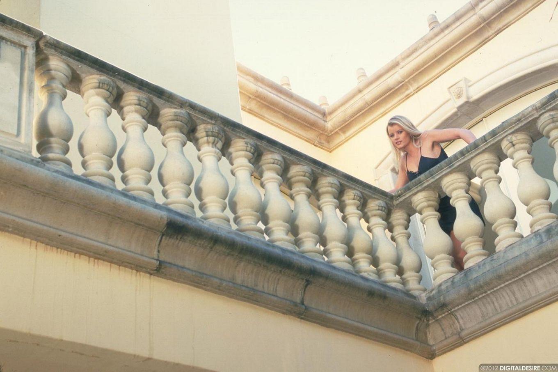 Белокурая телка в красивом белье Lea De Mae продемонстрировала большие сиськи и бритую пилотку, спрятанную под сексуальными трусики