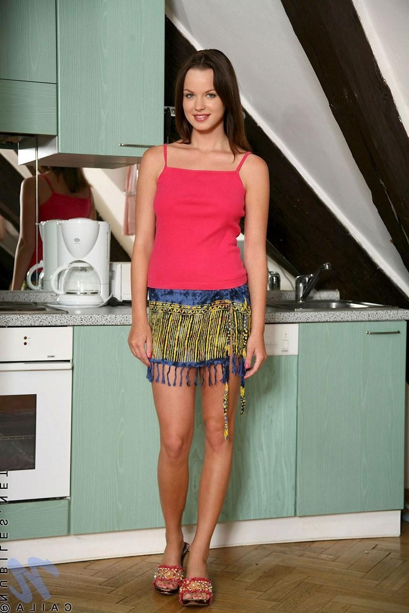 Наташа показала свои дойки прямо на кухне