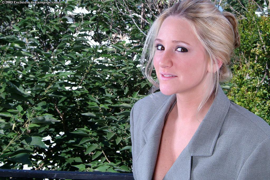 Светлая порноактриса Alexis Malone в очках и аккуратном офисном костюме дает рассмотреть поближе свой клитор