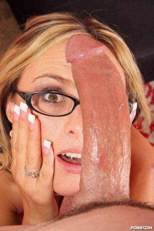 Длинноволосая блондинка в очках с гладкой пилоткой Paige Adams дрочит парню голой