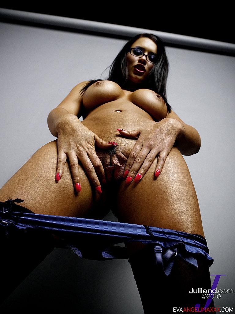 Темная Eva Angelina в очках и белье светит крупные дыньки и вагину