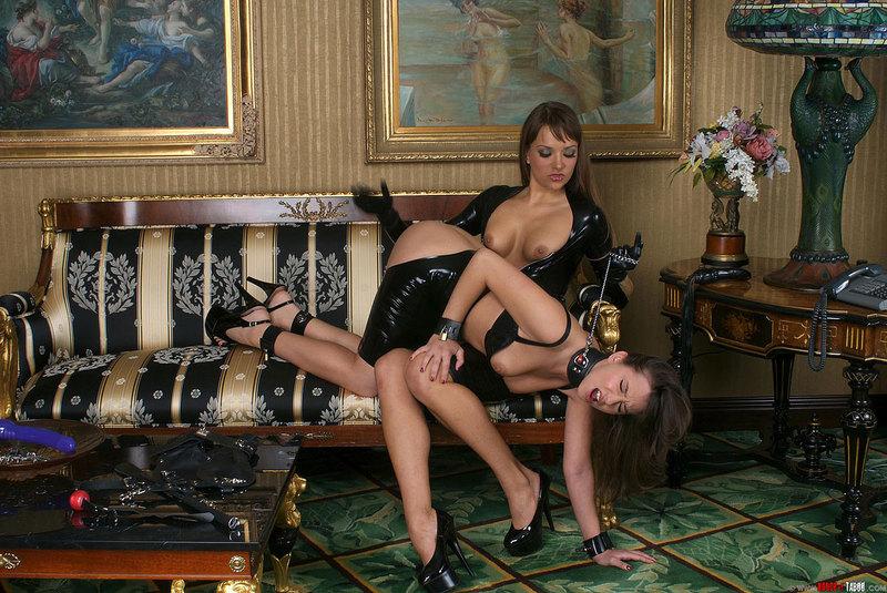 Лесбиянки в латексе позируют с дилдо