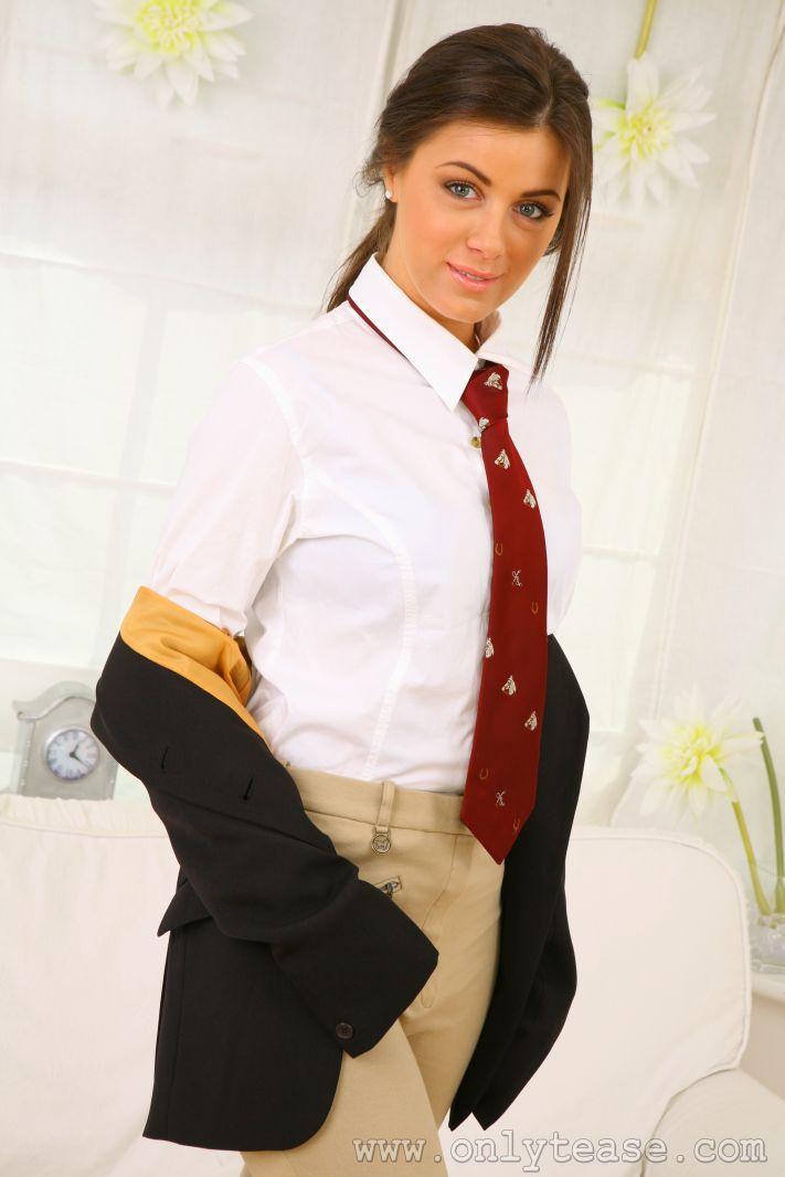 Элегантная детка Natalia Onlytease снимает форму жокея