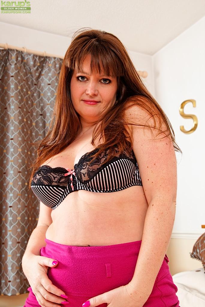 Грудастая британская мамочка Suzzanne Midsummer снимает колготки и бикини