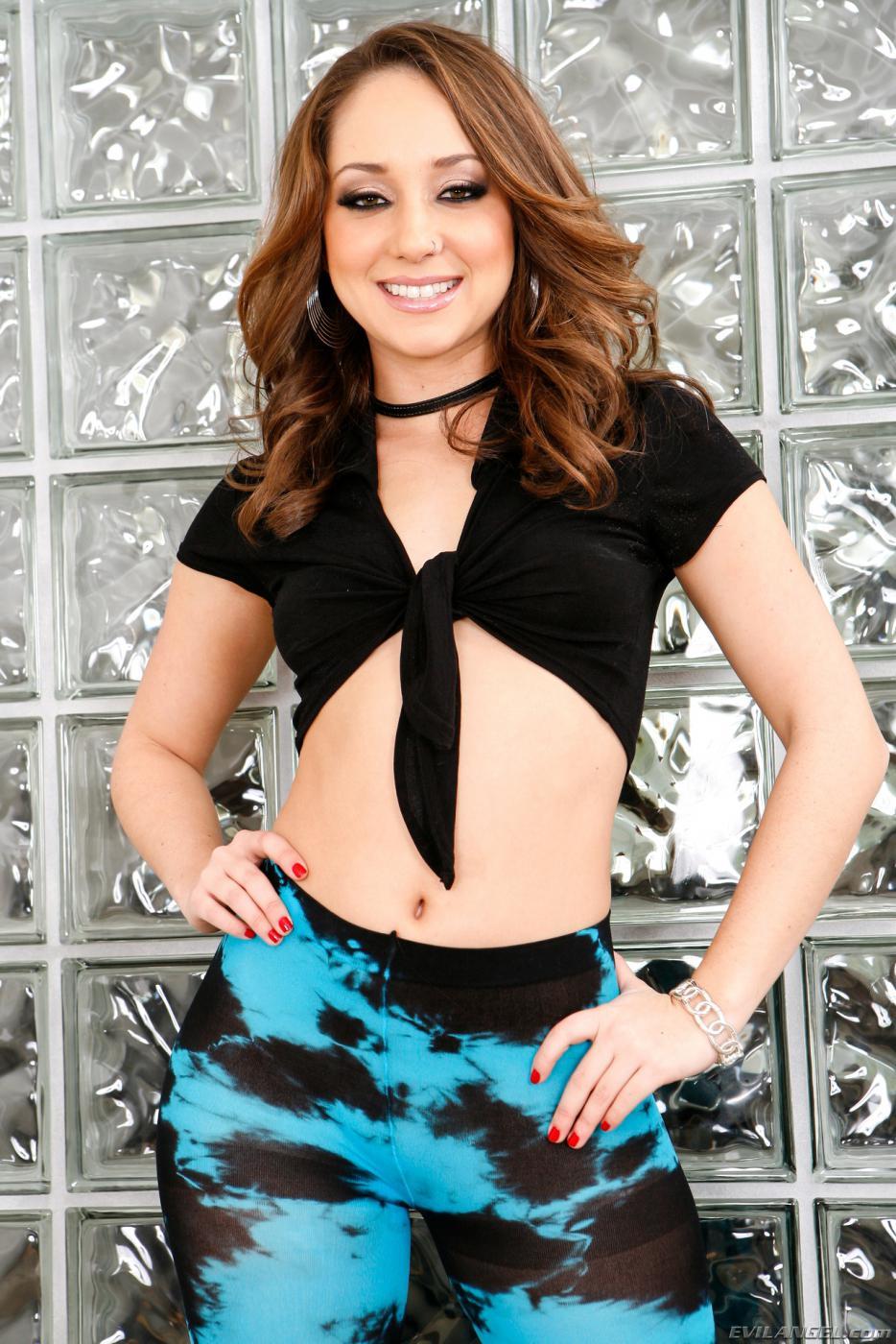 Модель с темными волосами Remy Lacroix эротично двигает жирной попой, одетой в колготки