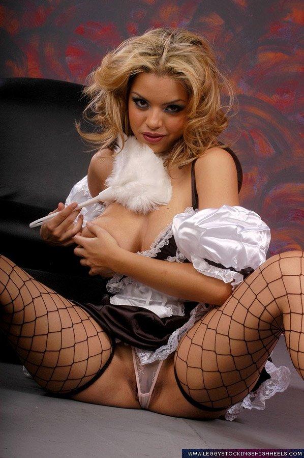 Сексапильная фото сессия блондинки с огромными сиськами, которая хочет ролевые игры и разные позы в сексе