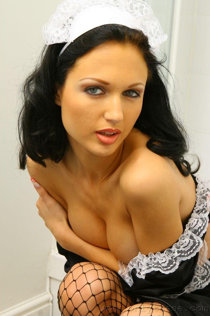 Черноволосая домохозяйка Roxanna Milan фотографируется в эротичной униформе и принимает душ
