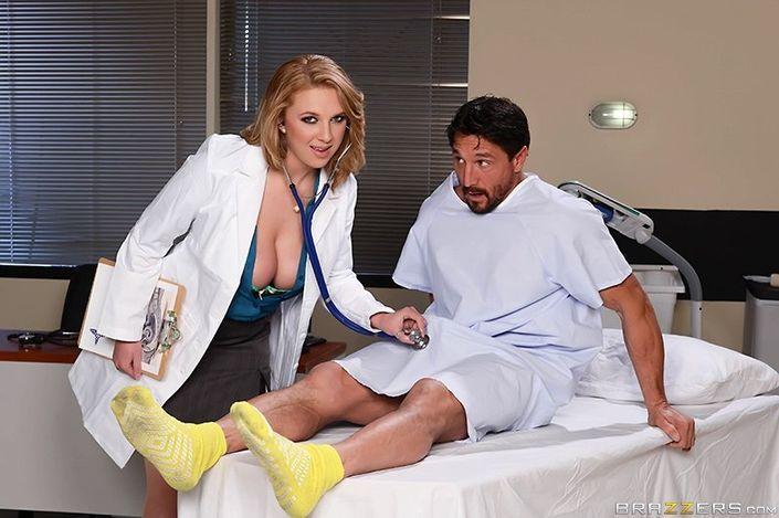 Соблазнительная медсестра с крупными титьками и гладкой вагиной удовлетворяет половую страсть с пациентом
