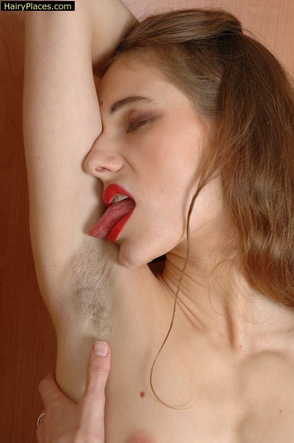 Соблазнительная игривая чертовка жаждет пошалить со своей волосатой мандой