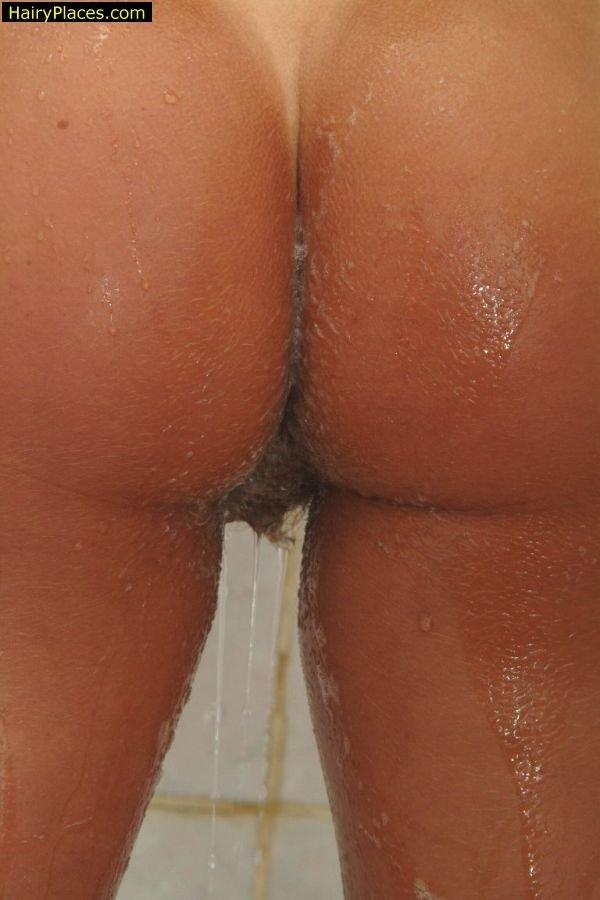 Голая светленькая красавица принимает душ