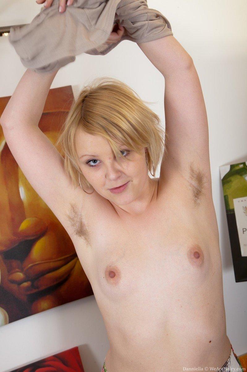 Шлюха принимает различные позы, чтобы показать свою мохнатую пилотку и крошечную грудь