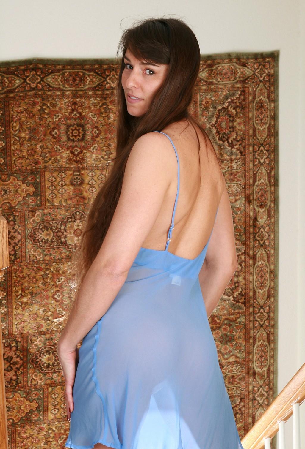 Мохнатые дыры худощавой брюнеточки в прозрачном светло-синем пеньюаре