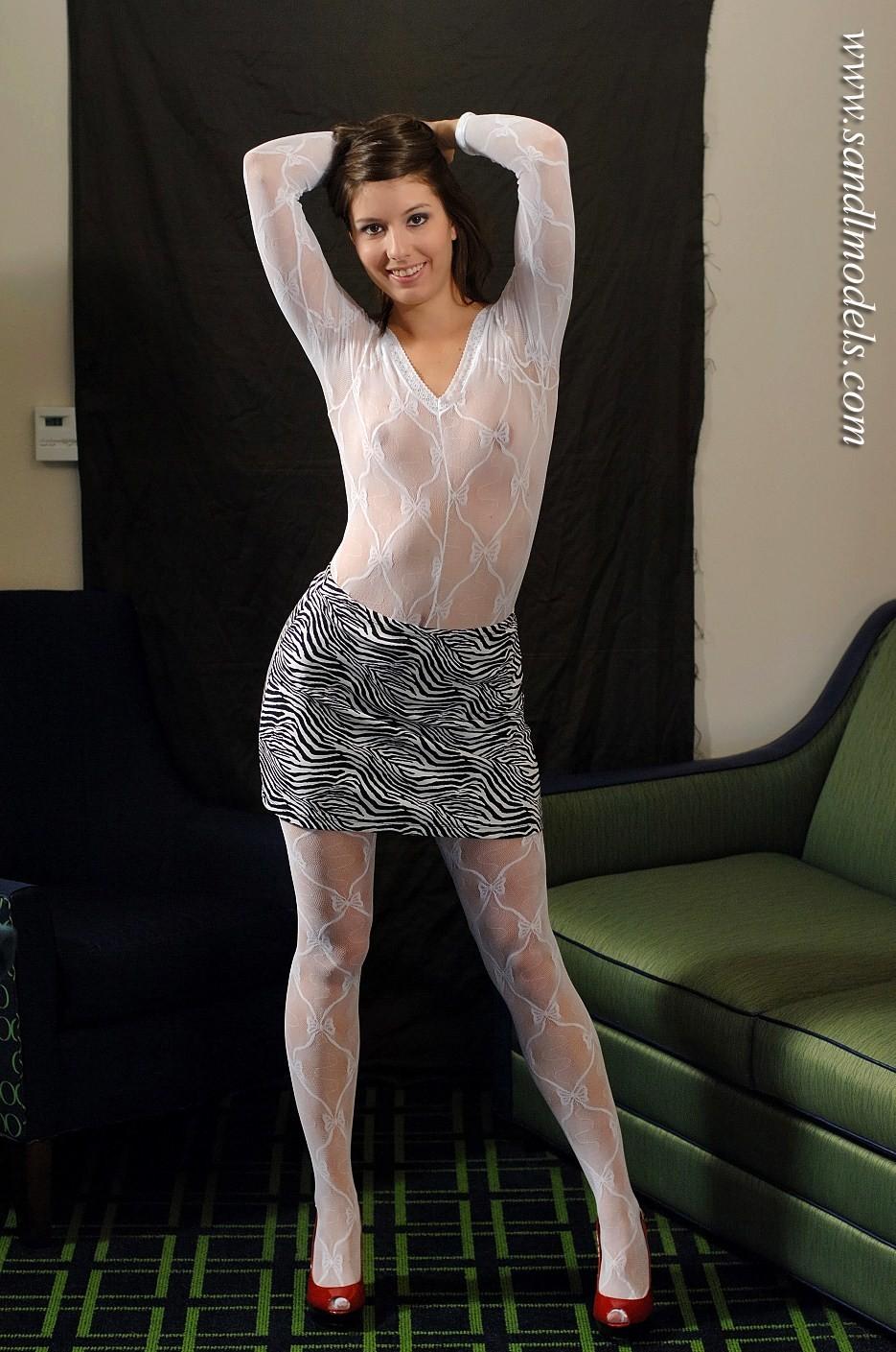 Модель с крохотными сиськами в прозрачном белоснежном капроновом костюме