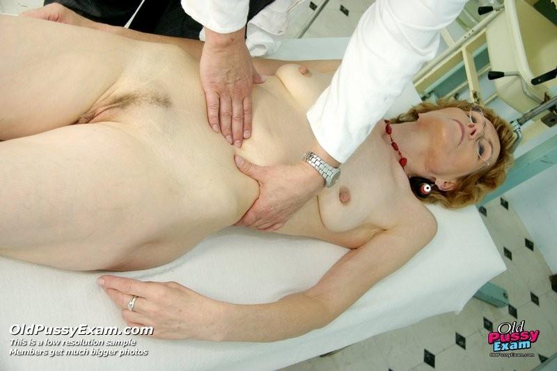 Взрослая Симпатична в очках расставляет ноги перед развратным доктором и разрешает ему рассмотреть себя всю
