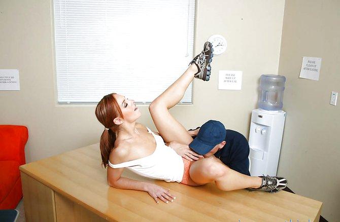 Тощая шлюха отдалась курьеру в офисе