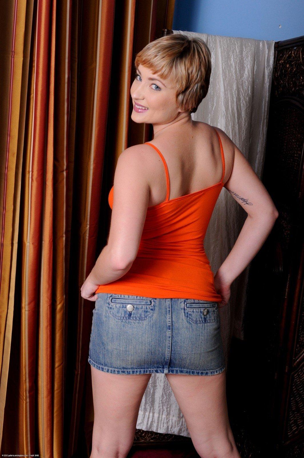 Блондинка показывает письку не снимая джинсовых шортиков