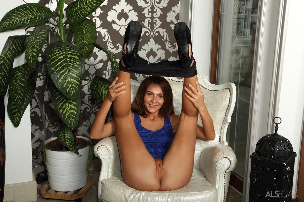 Gina Gerson полизала у изящной девахи и заглянула внутрь ее пизды