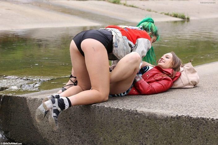 Молодая сучка писяет своей гладкой вагиной в сливную дырочку под струями воды