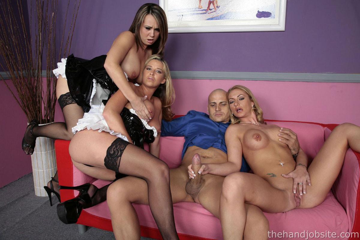 Три сексуальные стройняшки участвуют в фотосессии вместе с лысым самцом, которому ласкают хер пальцами