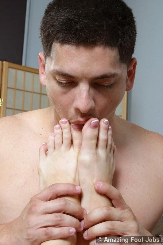 Фетишист вызвал проститутку с подтянутыми ступнями, он лижет и облизывает ее пальцы, а сучка теребонькает фаллос пацана ногами