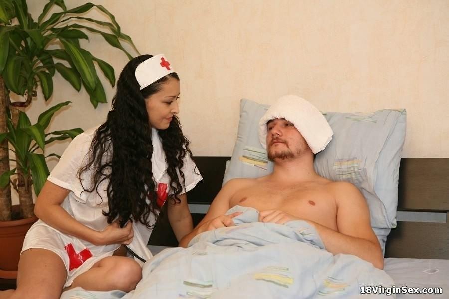 Красивая проститутка хотела помочь пациенту, он же с радостью выеб санитарку в больнице