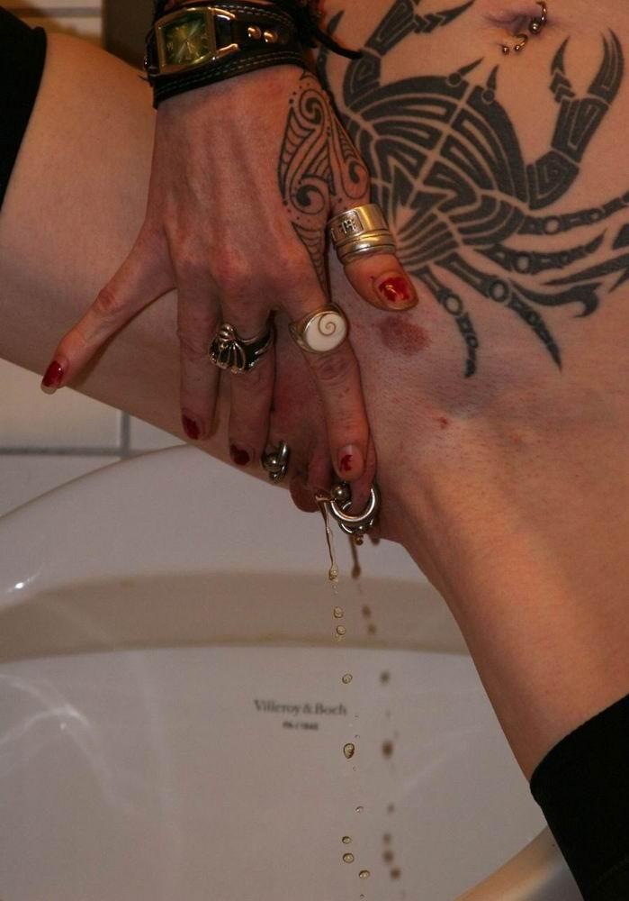 Татуированная неформальная дура писает в туалете