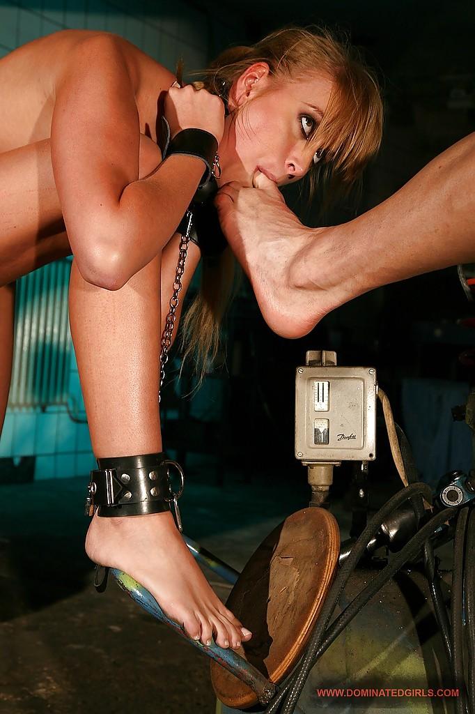 Злобный муж связывает и наказывает супругу Katerina Cox за непослушание