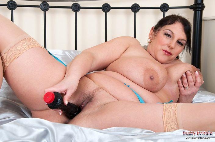 Пышная опытная тетка с крупной грудью дрочит свой вареник на кроватке