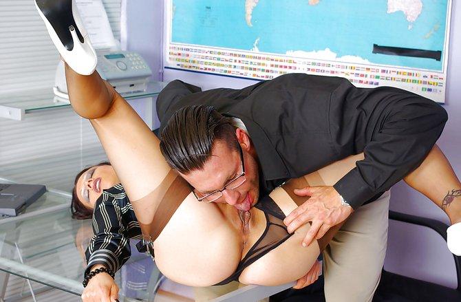 Жеребец отжарил девку в кабинете