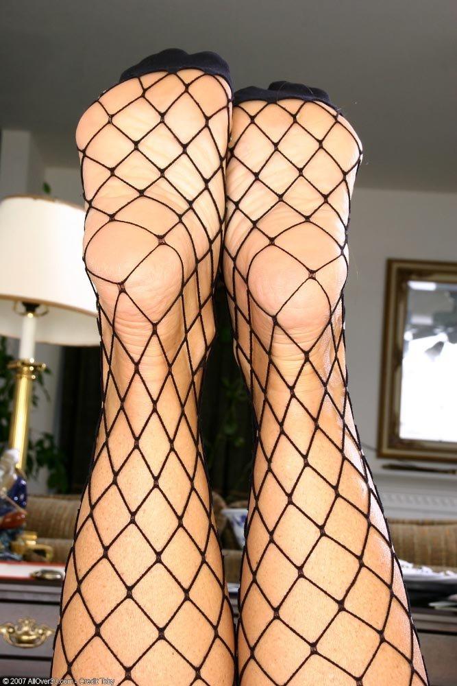 Ножки взрослой в сетчатых чулках