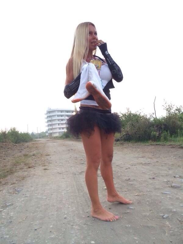 У роскошной сучки со свелыми волосами неотразимые ножки, к тому же просто невероятно сладкие титьки