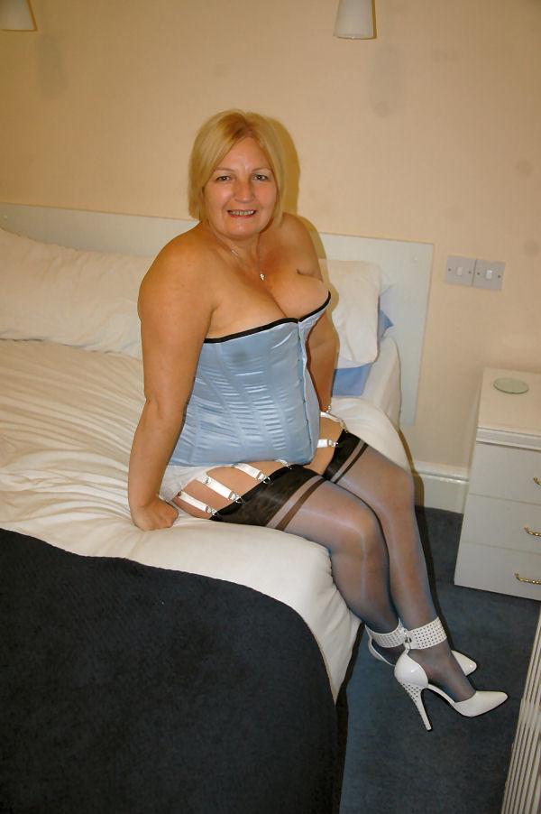 Возрастная одевает корсеты, чтобы выглядеть роскошной и страстной, с ухоженной грудью