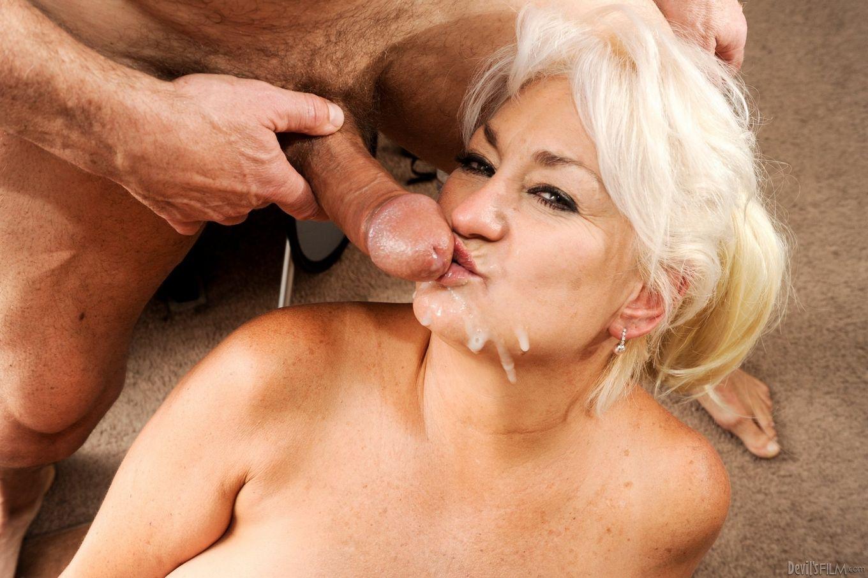 Возрастная блондиночка встретилась с мужем у нее на квартире