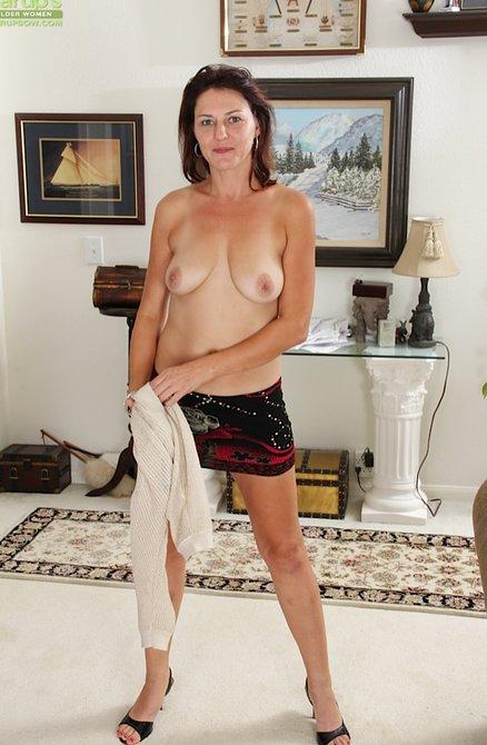 Сильно взмокла лохматая мамина вульва в своей квартире